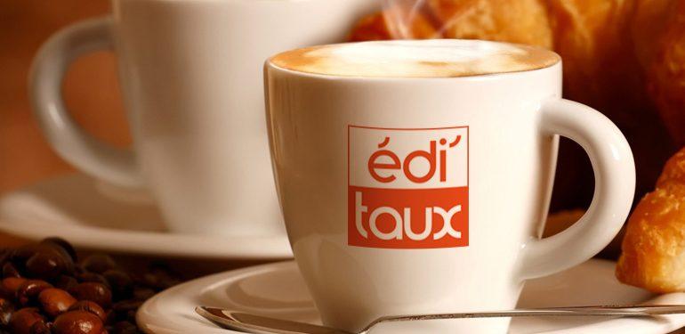 tasse de café pour la lecture du matin editaux